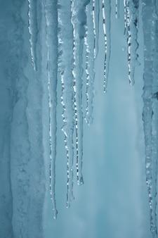 Une cascade gelée avec de la glace dans une couleur bleue et blanche en hiver