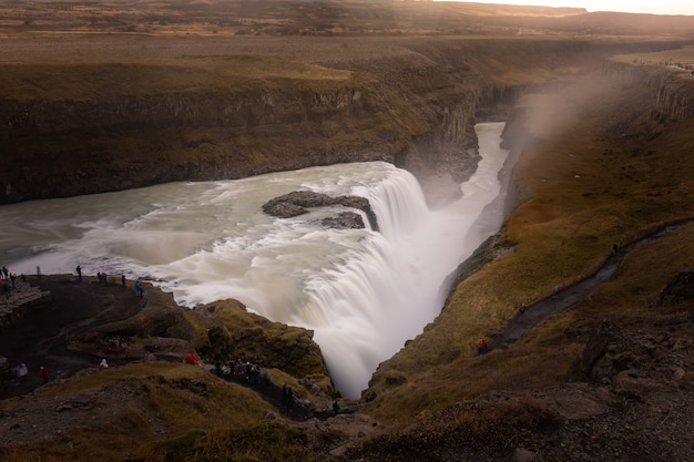 La cascade de gulfoss, la plus célèbre et l'une des plus fortes chutes d'islande.