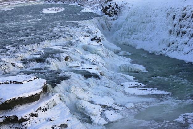 Cascade de gullfoss en islande, europe entourée de glace et de neige