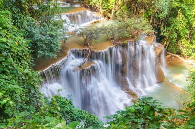 Cascade huai mae khamin dans la forêt profonde, thaïlande