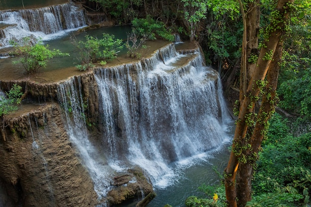 Cascade de huai mae khamin à kanchanaburi, thaïlande.