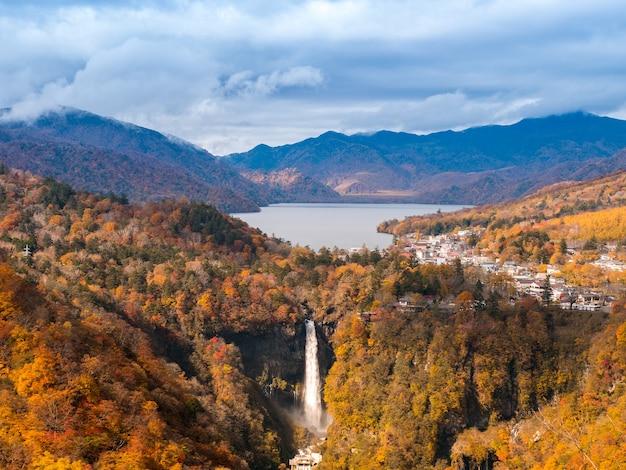 Cascade de kegon avec arbre d'automne et montagne à nikko au japon