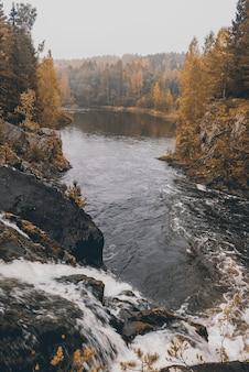 Cascade de kivach en carélie, russie. paysage naturel du nord de la russie