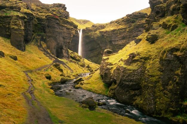Cascade de kvernufoss dans le sud de l'islande.