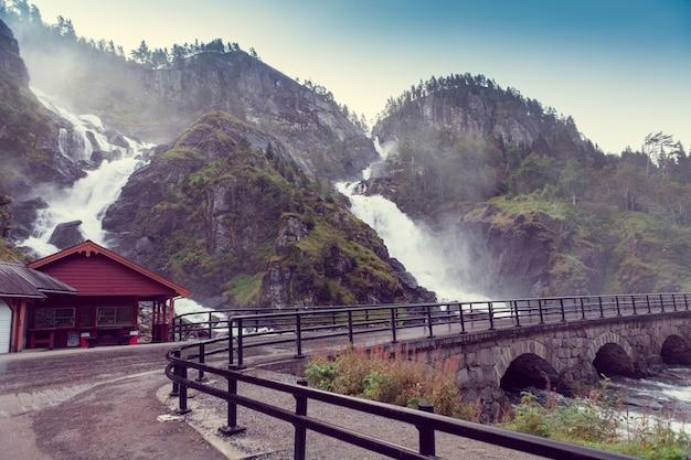 Cascade de latefossen en norvège et pont