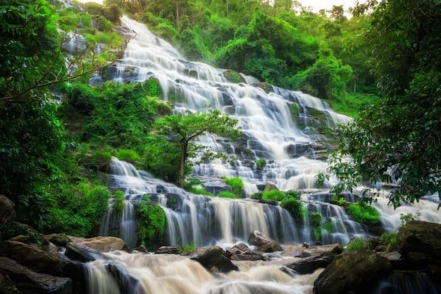 Cascade de mae ya, thaïlande.