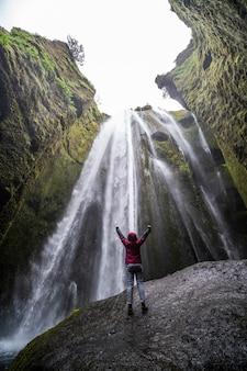 Cascade de la majestueuse cascade de gljufrabui en islande