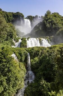 Cascade de marmore dans la région de l'ombrie, en italie. incroyable cascade plongeant dans la nature avec des arbres et des rochers.
