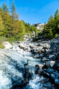 Cascade sur la montagne à zermatt, en suisse.