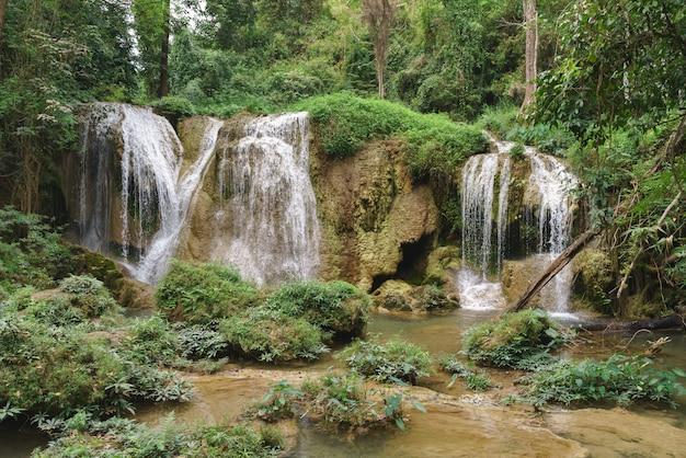 Cascade naturelle en pays asiatique