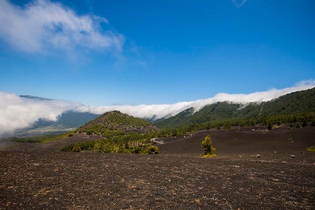 Cascade de nuages dans le parc naturel de la caldera de taburiente, l'île de la palma, canary islands, spain