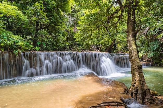 Cascade de paysage de huai mae khamin chute d'eau parc national de srinakarin à kanchanaburi en thaïlande.