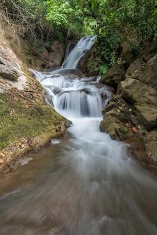 Cascade de pha-tak dans la forêt tropicale profonde au parc national de khao laem