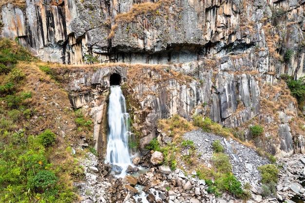 Cascade de la rivière urubamba près de machu picchu au pérou