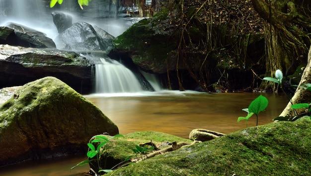 Cascade samrongkiat dans la nature, district de khunhan, province de sisaket, thaïlande