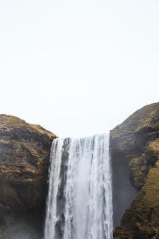 Cascade de skógafoss dans le sud de l'islande par une journée nuageuse d'hiver.