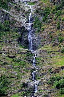 La cascade sur sognefjord, norvège