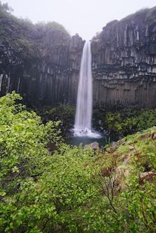 Cascade de svartifoss (chutes noires). attraction touristique dans le sud-est de l'islande. parc national de skaftafell