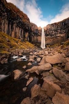 Cascade de svartifoss dans le parc national de skaftafell dans le sud de l'islande.