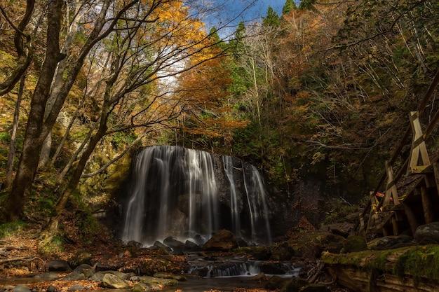 Cascade de tatsuzawafudo en automne saison d'automne à fukushima. il y a la cascade à inawashiro, fukushima, japon.