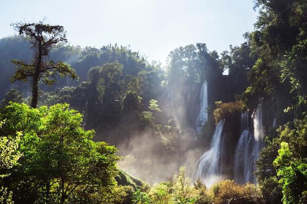 Cascade thi lo su dans le parc national en thaïlande. deep forest magnifique paysage naturel. trekking et rafting en asie. vue panoramique magique au-dessus de la rivière mae klong.