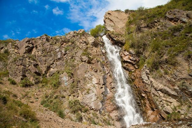 Cascade de turgen dans les montagnes près d'alma-ata au kazakhstan