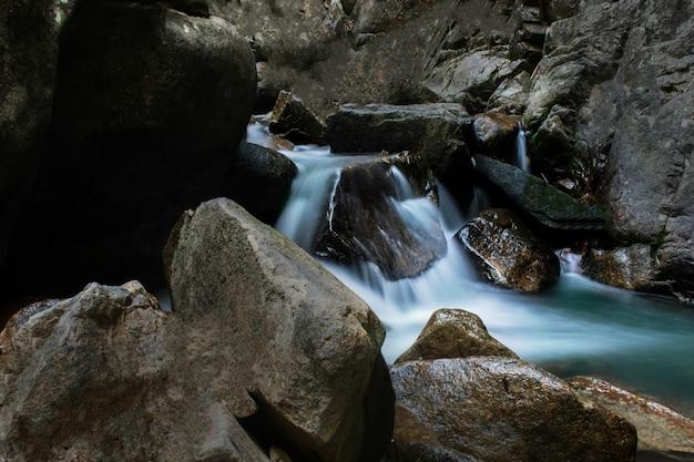 Les cascades sont belles, avec de l'eau qui coule à travers et avec du poisson. touristique