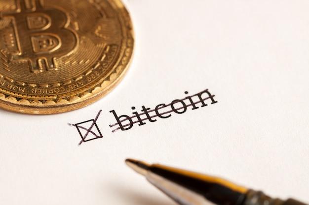 Case à cocher avec le mot bitcoin à l'arrière-plan d'attente. notion de questionnaire.