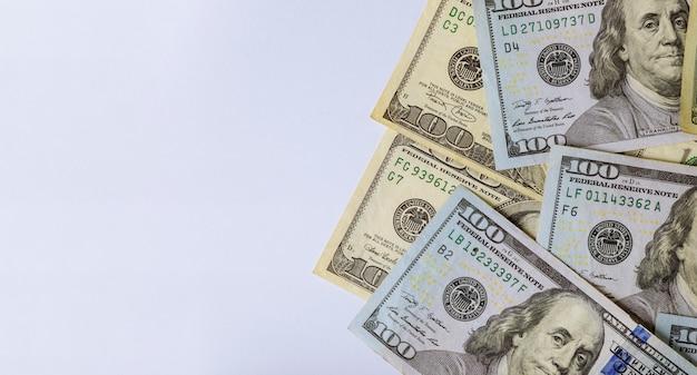 Cash dollars américains sur fond blanc