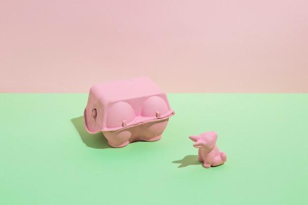 Casier à oeufs avec petit lapin sur table