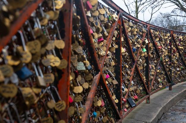 Casiers d'amour dans le quartier de montmartre à paris, france.