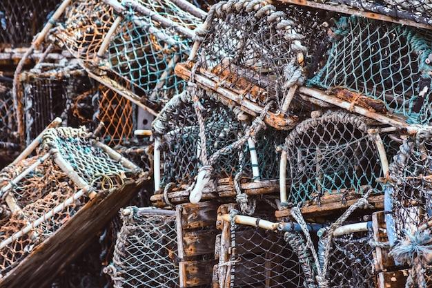 Casiers à homard et à crabe empilés sur le port.
