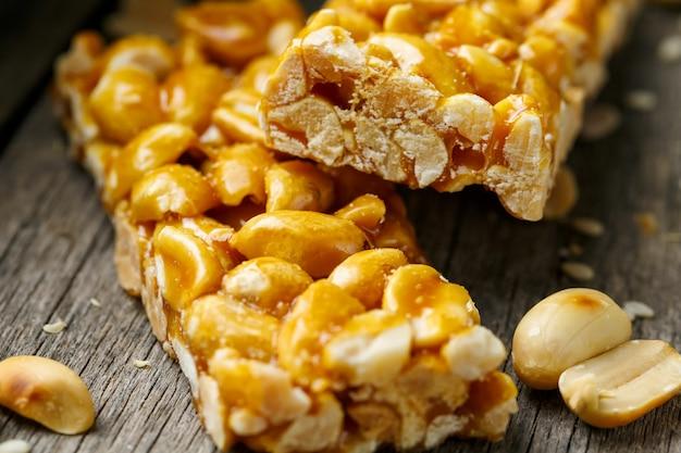 Casinak à base de cacahuètes, avec toile de jute. style campagnard. de délicieux bonbons à partir de graines de tournesol, de sésame et d'arachides, recouverts d'une glaçure brillante