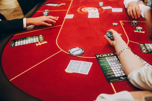Casino people jouer à des jeux croupier