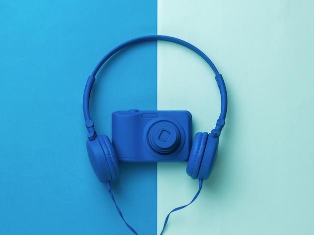 Le casque et l'appareil photo sont bleu vif sur une surface bicolore