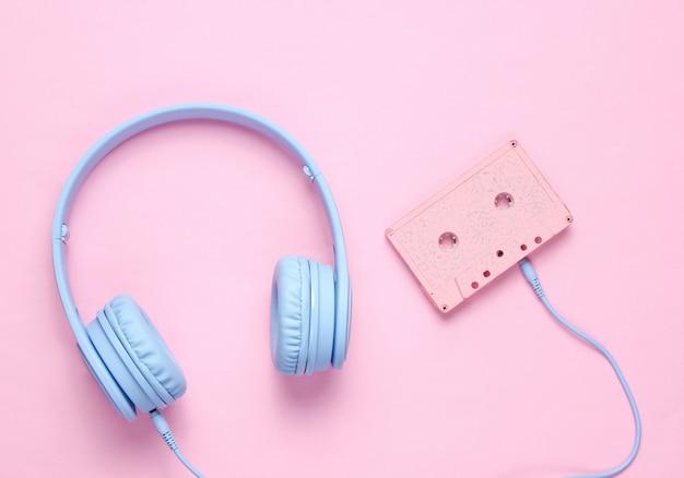Casque audio avec cassette audio sur fond rose
