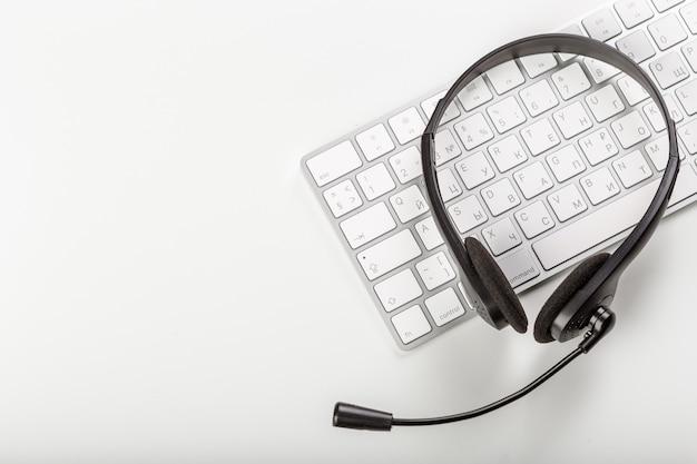 Casque sur clavier ordinateur portable