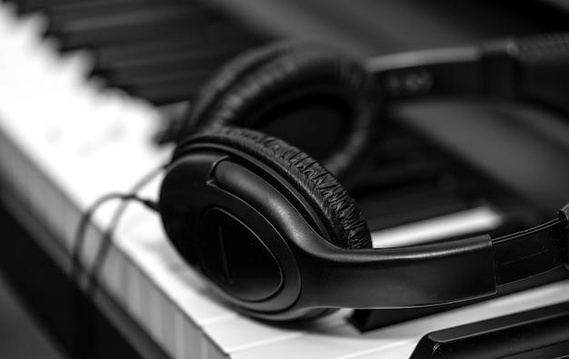 Casque sur clavier de synthétiseur musical. casque sur piano électronique. contexte musical