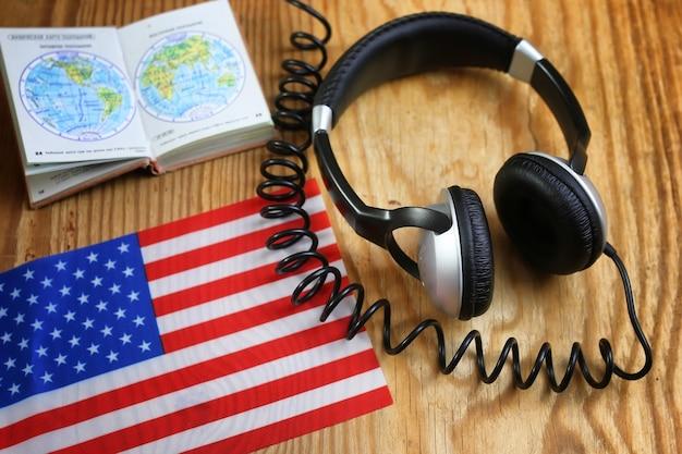 Casque et drapeau de cours de langue sur la table en bois