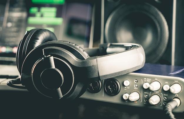 Casque d'écoute avec d'autres équipements professionnels de studio audio.