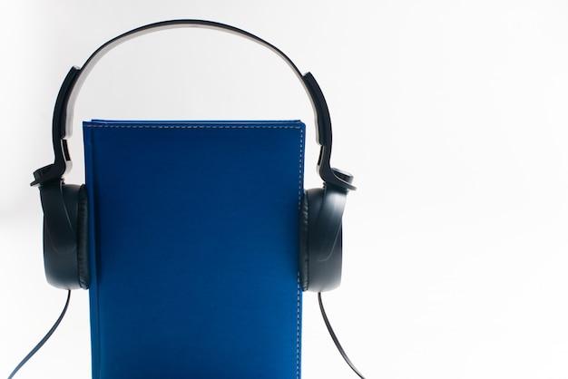 Casque d'écoute avec des livres