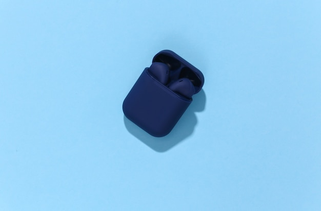 Casque ou écouteurs bluetooth sans fil de couleur bleue classique dans un étui de chargement