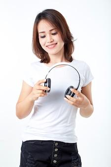 Casque femme écoute de la musique sur blanc