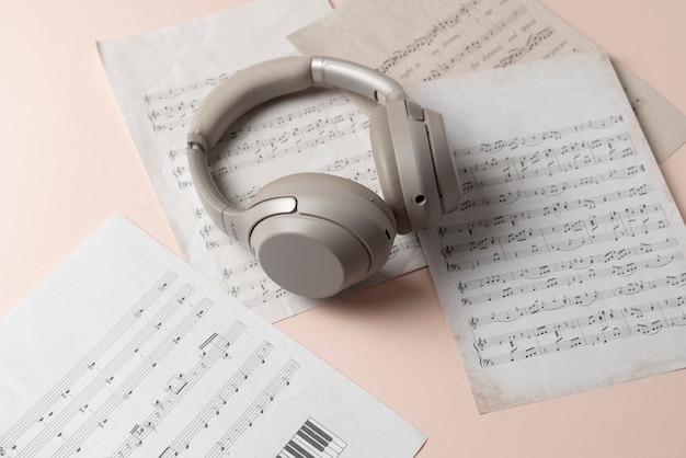 Un casque gris sur la feuille de papier de notes de musique