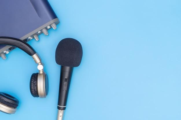 Casque d'interface microphone et musique sur bleu