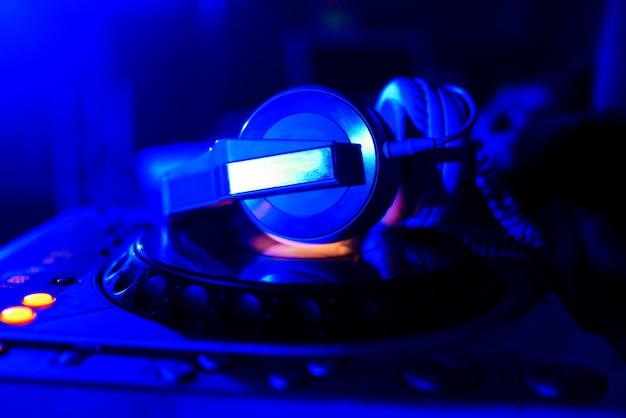 Casque mélangeur professionnel dj pour jouer et mixer de la musique en boîte de nuit