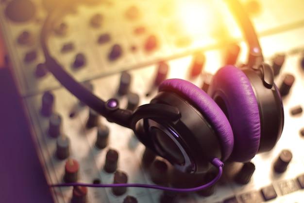 Casque sur le mélangeur sonore dans le studio d'enregistrement.