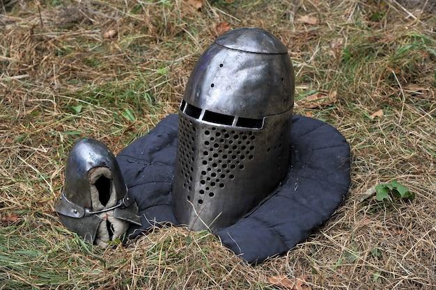 Casque et moufle de chevalier pour les reconstitutions historiques de batailles médiévales. armure de chevalier.