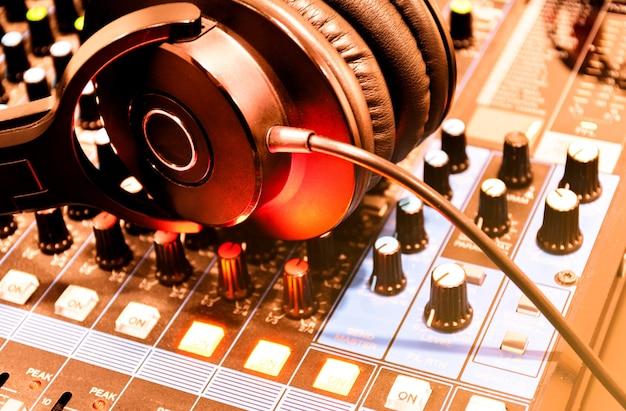 Casque noir vue de dessus sur la table de mixage de la console