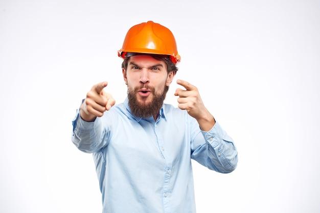 Casque orange émotif d'homme sur le fond d'isolement de succès de tête